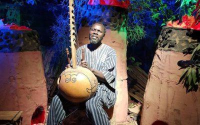Au Burkina Faso, le conteur KPG réinvente l'art du conte sur les réseaux sociaux.